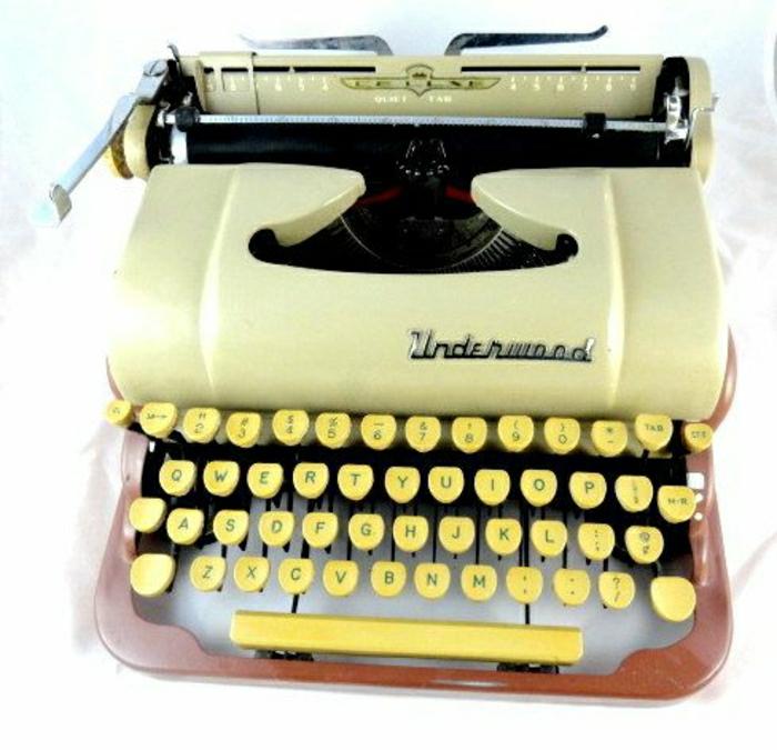 attraktive-gelbe-Schreibmaschine