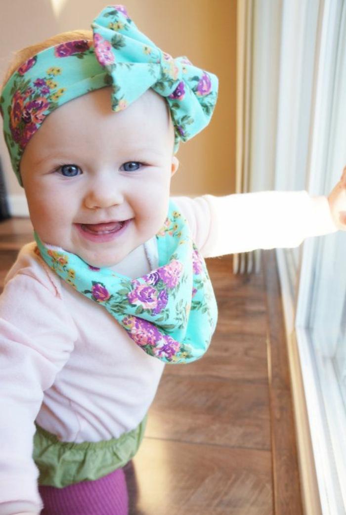 baby- kleidung-blaue-schleife