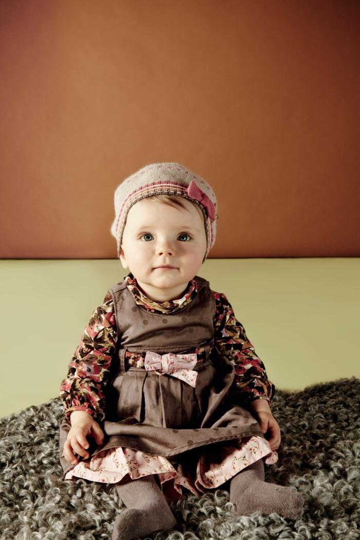 baby- kleidung-braune-farbe