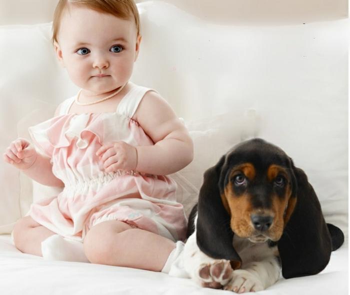 baby- kleidung-ein-hund-neben-dem-mädchen