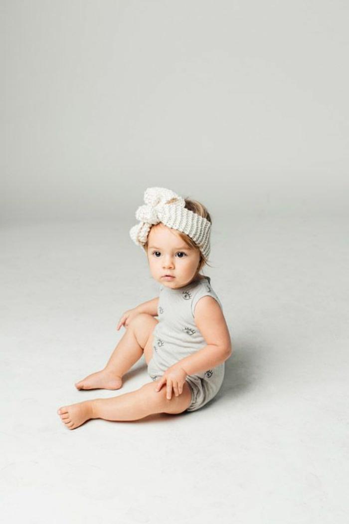 baby- kleidung-einmaliges-ausshen-weißer-hintergrund