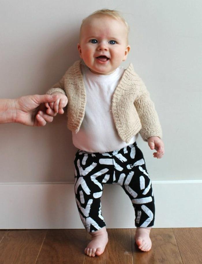 süße moderne baby-kleidung - weiß-schwarze hosen