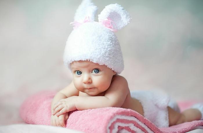 baby- kleidung-hut-in-weiß