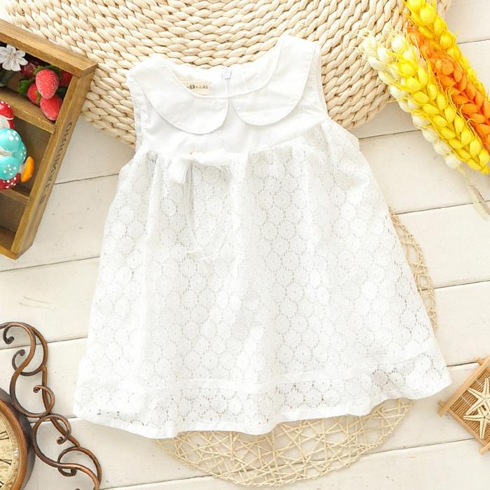 baby- kleidung-in-weißer-farbe