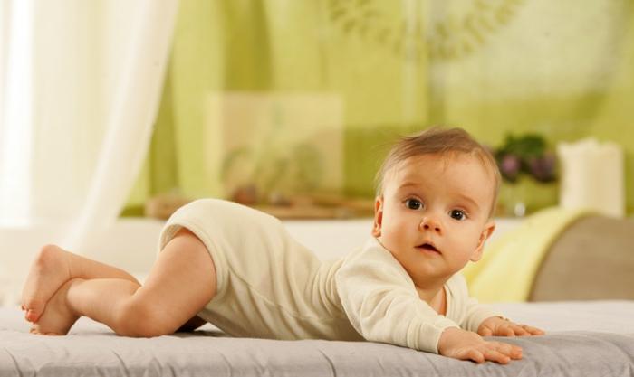 baby- kleidung-liegendes-kind