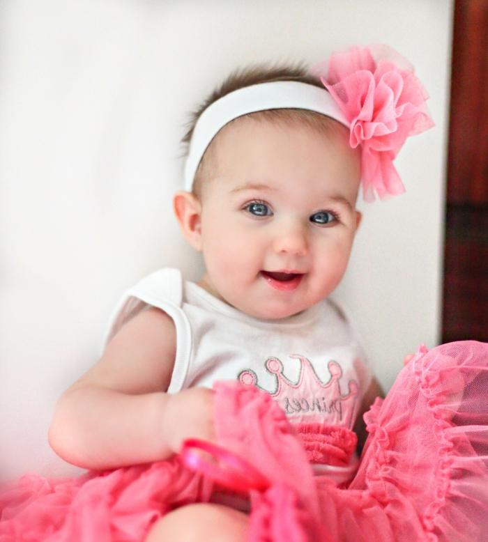 wunderschönes baby mit einem rosigen rock und accessoire für die ...