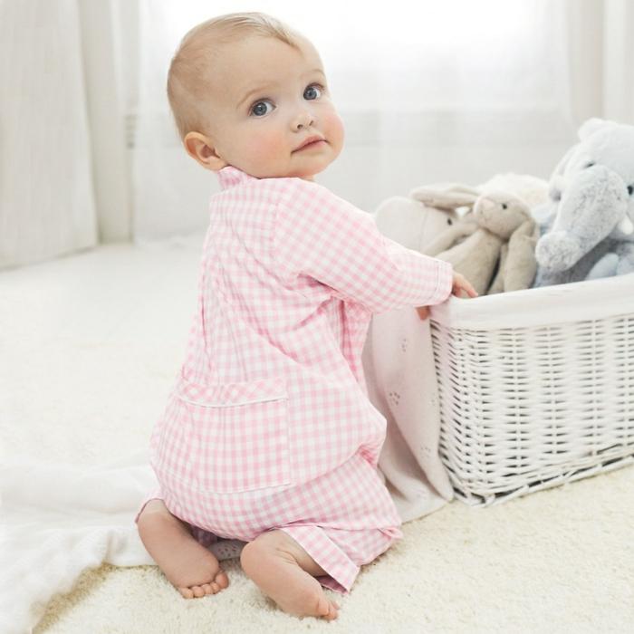 baby-kleidung-rosiges-kostüm