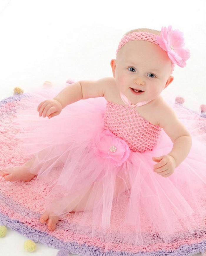 baby-kleidung-rosiges-modell-vom-kleid
