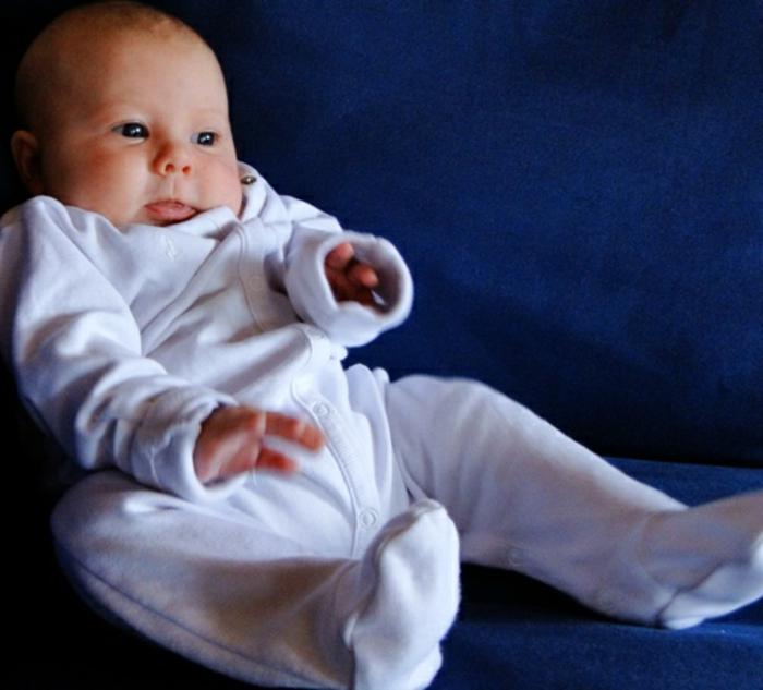 baby-kleidung-süß-aussehen-in-weiß