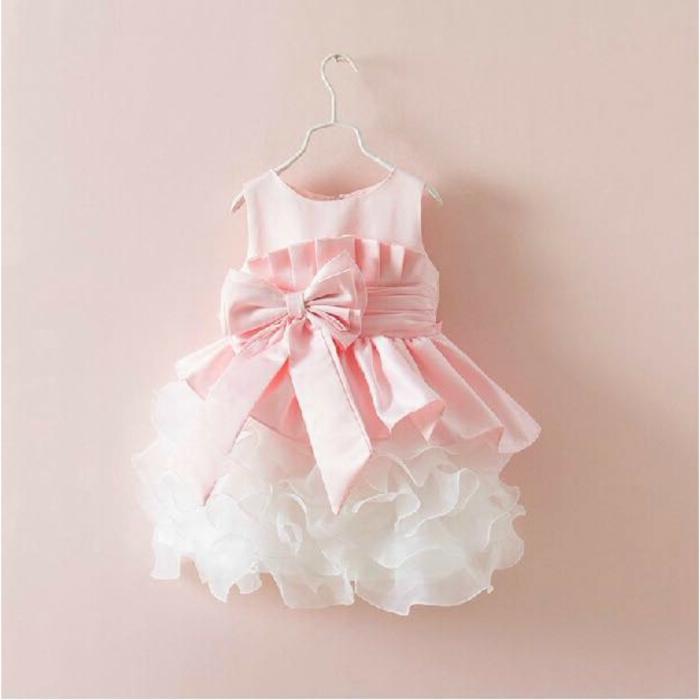 baby-kleidung-süßes-kleid-in-pink-und-weiß