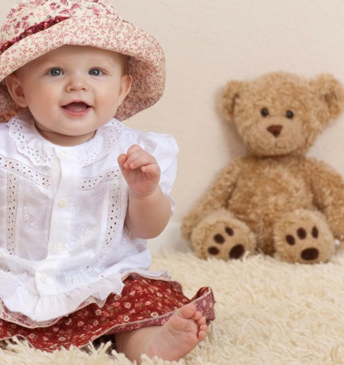 baby- kleidung-teddy-bär-und-hut