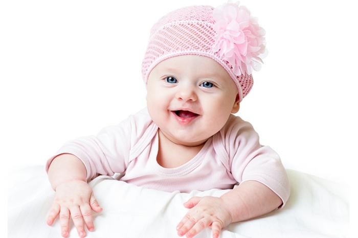 baby-kleidung-weißer-hintergrund