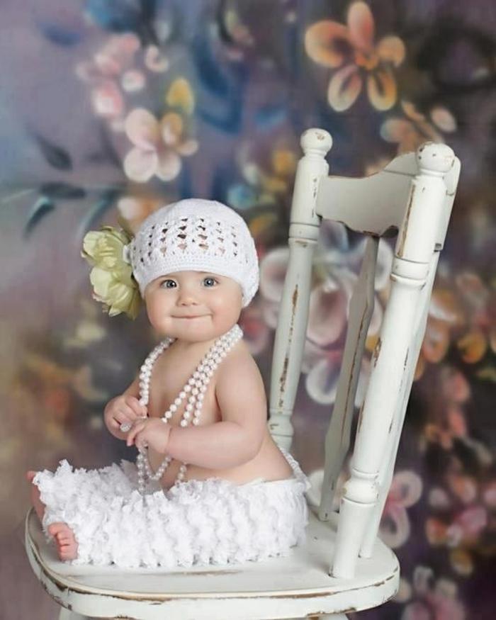 baby-kleidung-weißer-hut