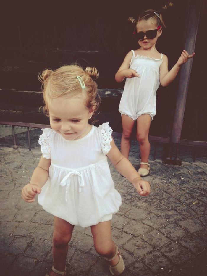 baby-kleidung-zwei-süße-kinder