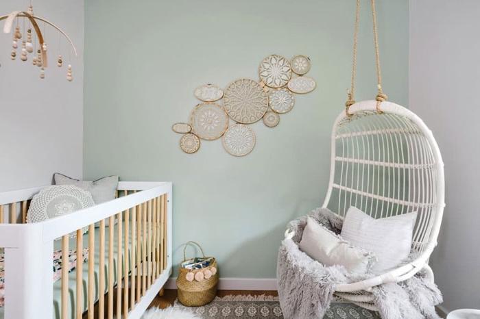 babyzimmer deko, weißer schaukel, wangestaltung in pastellfarben, wanddekoration aus strickrahmen