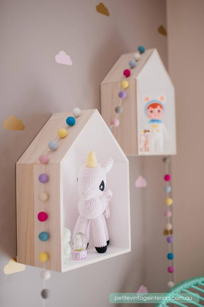 babyzimmer deko ideen, regale häuschen, kleine spielzeuge, kuscheltiert einhorn