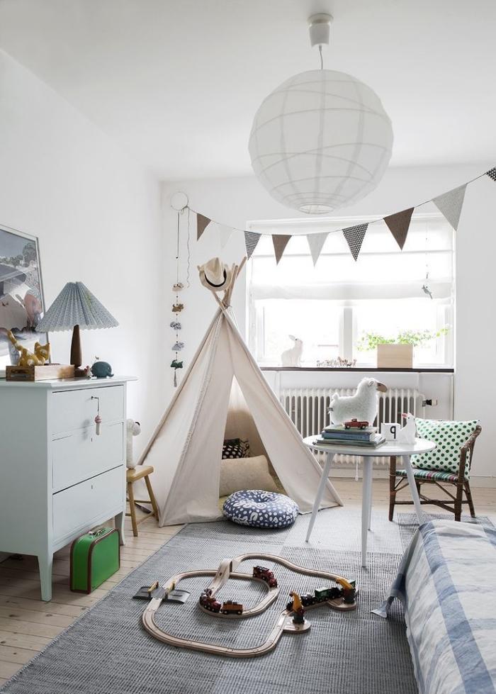 babyzimmer deko junge, kinderzimmergestaltung in weiß und blau, tipi selber bauen