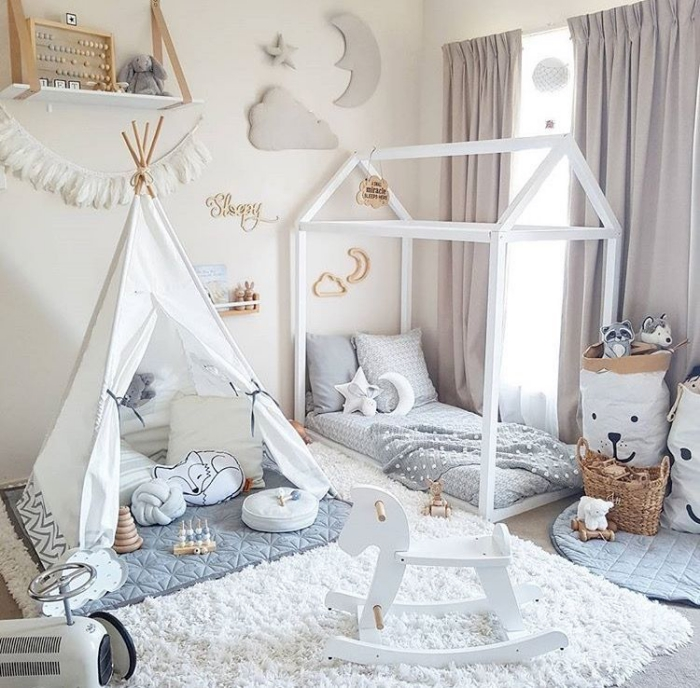 babyzimmer deko junge, weißes tipi, flauschiger teppich, babybett häuschen, wanddeko