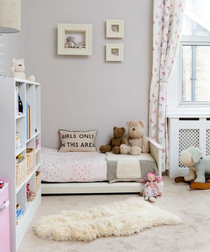 babyzimmer deko mädchen, kinderzimmereinrichtung in weiß, zimmerdeko ideen, flauschiger teppich