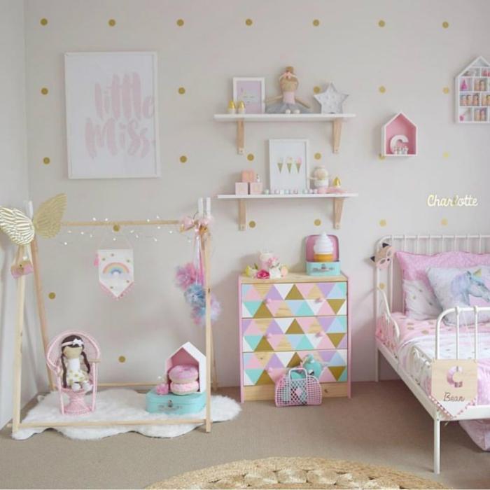 zimmerdeko in pastellfarben, kinderzimmer dekoideen, babyzimmer deko mädchen, wandsticker polka dots