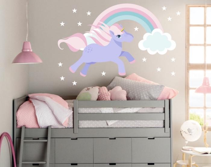 babyzimmer deko, wandsticker einhorn mit regenbogen, graues bett und unterregale, wanddeko