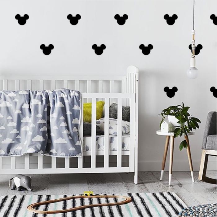 babyzimmer deko, wandsticker micky mouse, wand dekorieren, weißes babybett