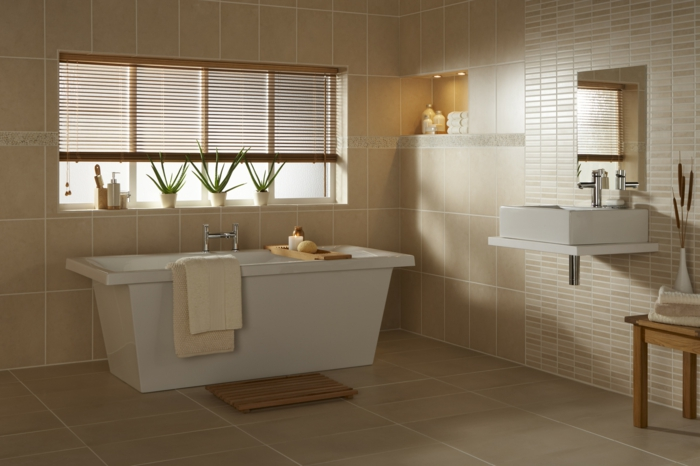 Badezimmer gestalten rechteckige Badewanne beige Fliesen eingebautes ...