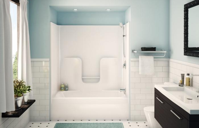 badezimmer-gestalten-hell-blau-und-weiße-Fliesen-Badewanne