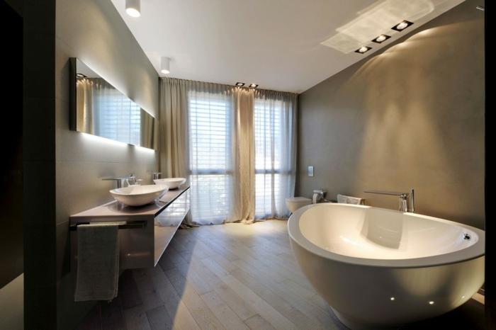 badezimmer-gestalten-leuchtend-Spiegel-groß-Badewanne