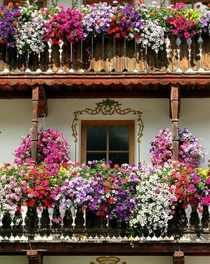 balkon-blumen-auf-zwei-etagen