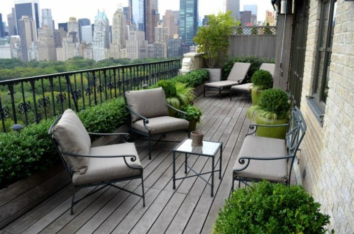 balkon-blumen-graue-möbelstücke
