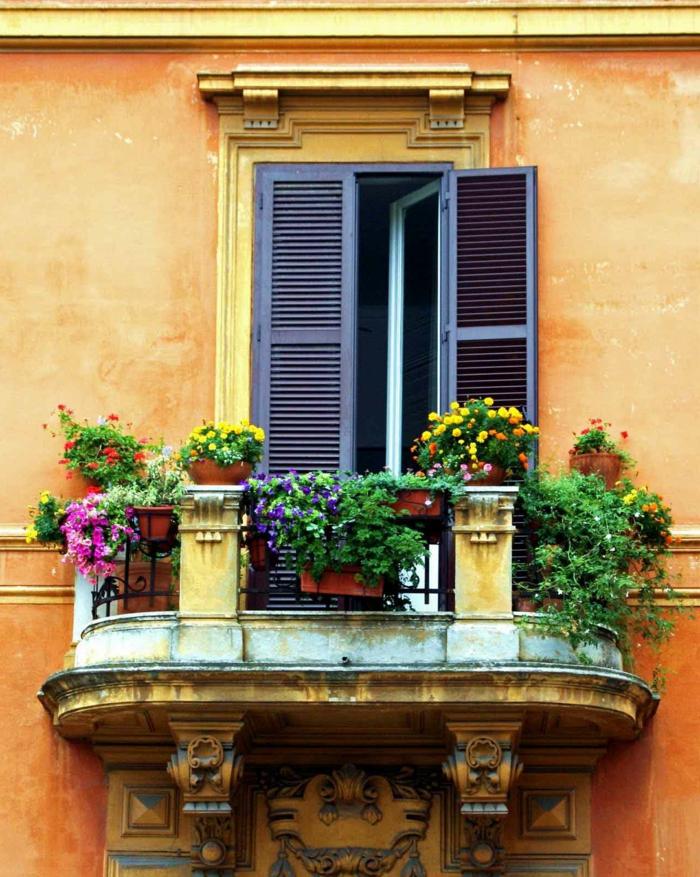 balkon-blumen-italienische-gestaltung