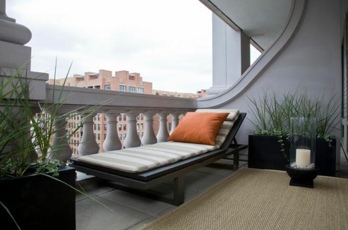 balkon-blumen-moderner-liegestuhl