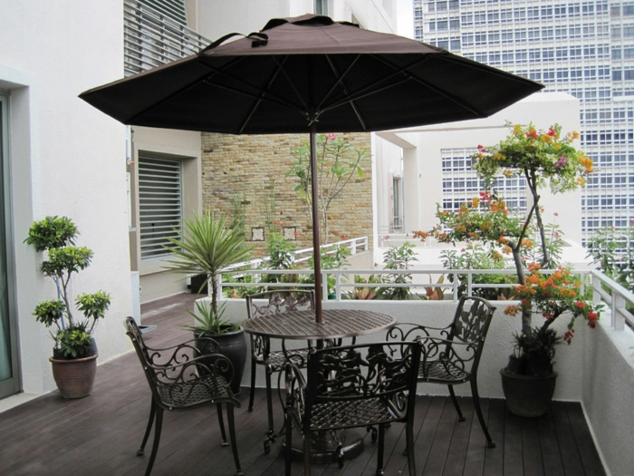 balkon-blumen-schöner-sonnenschirm