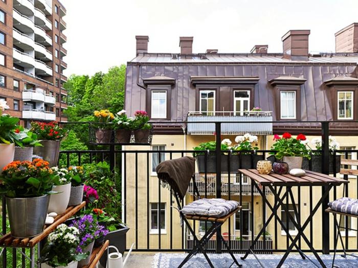 balkon-blumen-sehr-gemütliches-ambiente