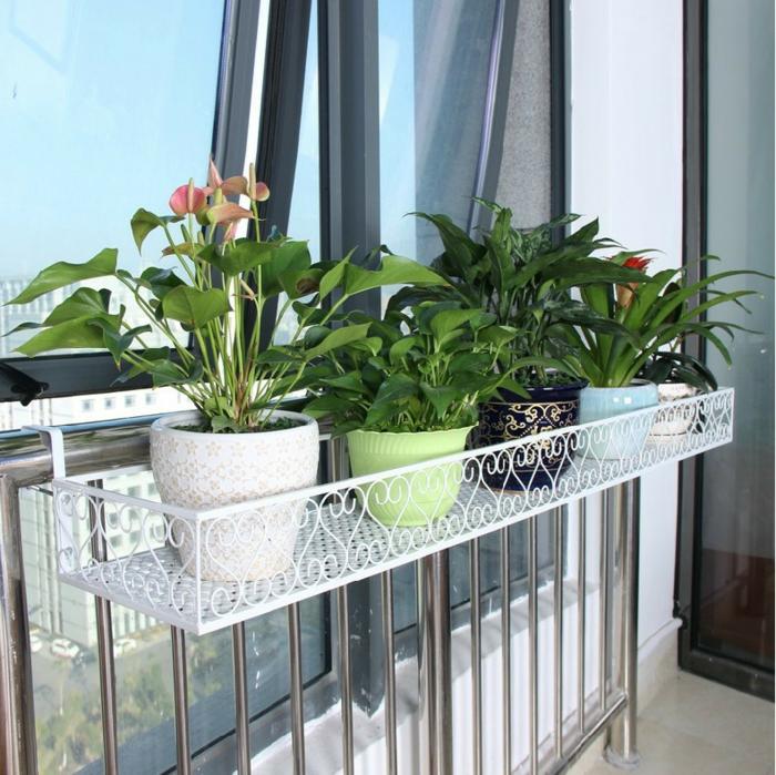 balkon-blumen-weißes-design