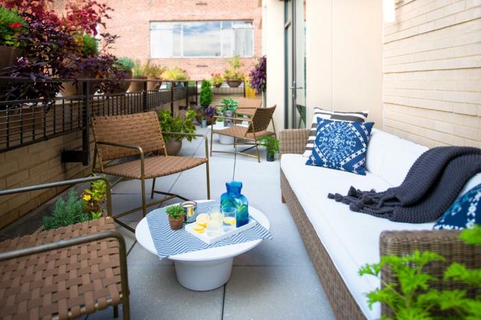 balkon-blumen-weißes-sofa-mit-dekokissen