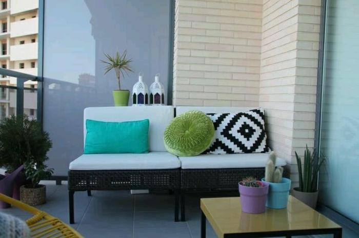 balkon-dekoration-kleines-weißes-sofa