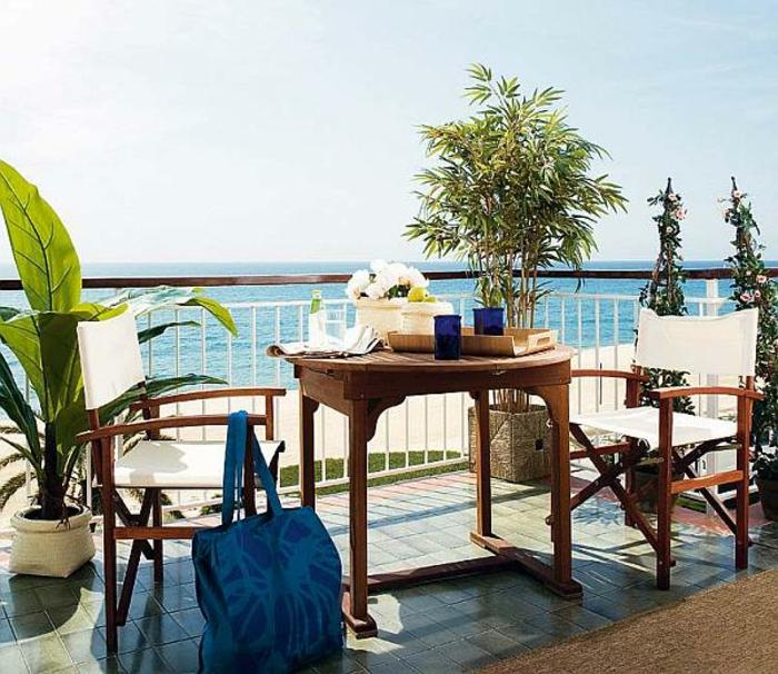 balkon-dekoration-tisch-mit-stühlen