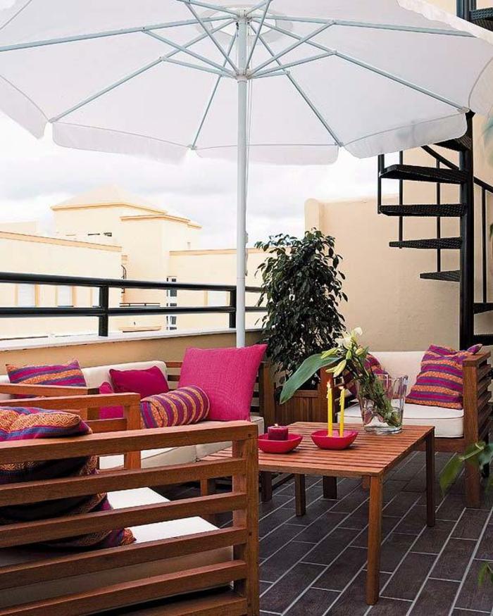 balkon-dekoration-weißer-sonnenschirm