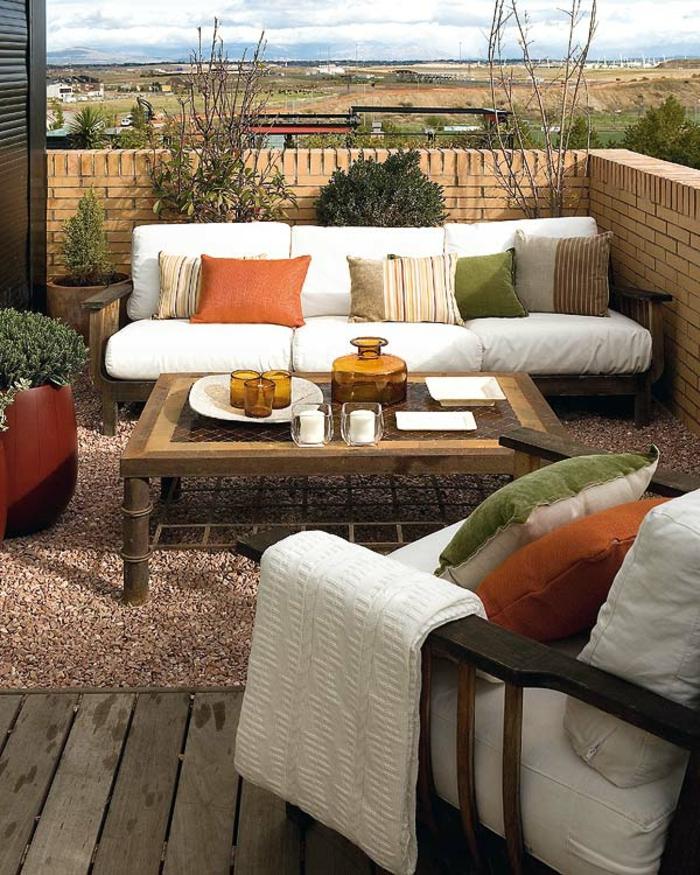 balkon-dekoration-weißes-sofa-mit-dekokissen