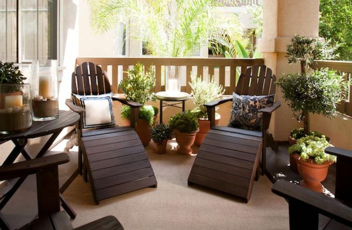 balkon-dekoration-zwei-schöne-liegestühle
