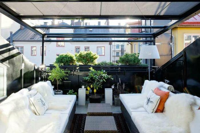balkon-dekoration-zwei-weiße-sofas