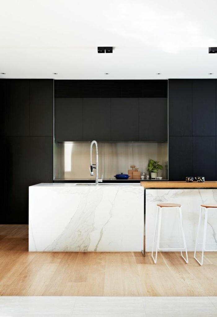 barstuhl-aus-holz-weiße-küche-schwarze-wände
