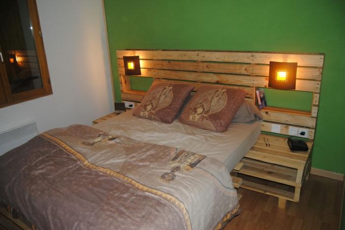 bett-aus-europaletten-Bettwäsche-afrikanische-Motive-Leuchte-interessantes-Design