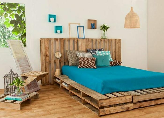 Ruckenlehne Bett Selber Machen : bett-aus-paletten-selber-machen-blaue-Matraze-viele-Kissen ...