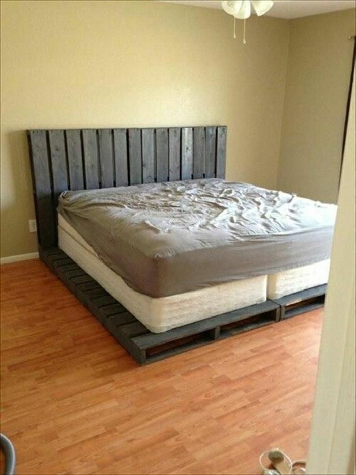 bett-selber-bauen-Paletten-Matrazen-Schlafzimmer-minimalistisches-Interieur