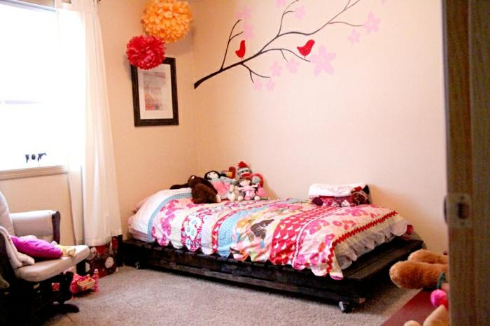bett-selber-bauen-Paletten-Rollen-bunte-Bettwäsche-Kinderzimmer-Papierblumen-Wandtattoos-Plüschtiere-Sessel-grelle-Farben