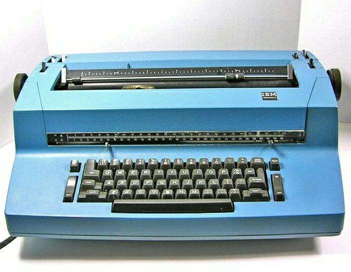 blaue-vintage-elektrische-Schreibmaschine-1970-IBM