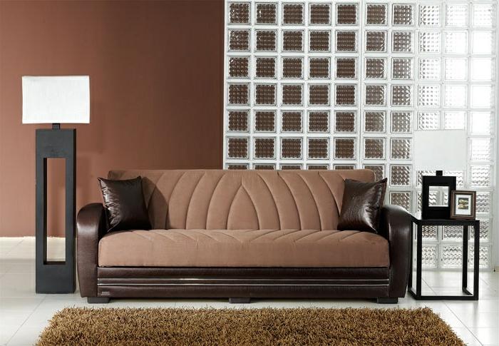 braunes-wohnzimmer-gemütliches-ambiente-modernes-sofa